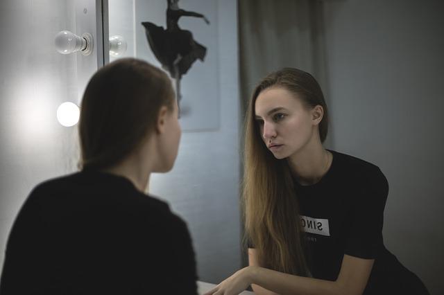 dívka a zrcadlo
