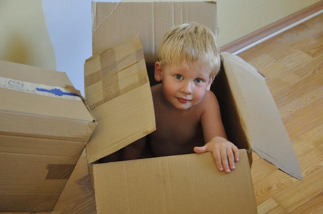 dítě v krabici