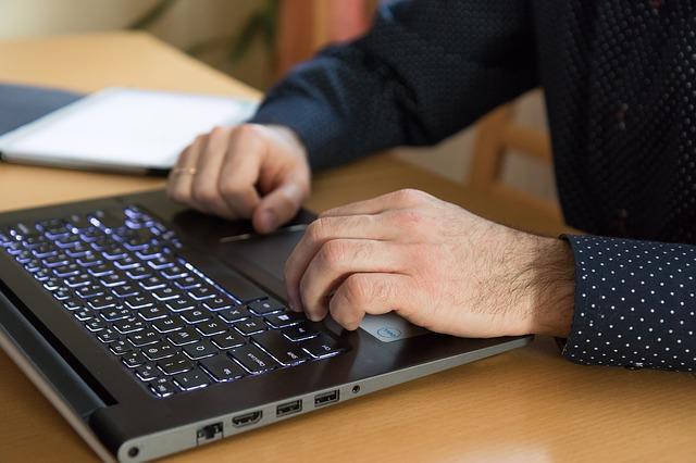počítač a ruce.jpg