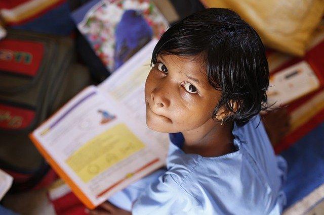 dítě nad knihou