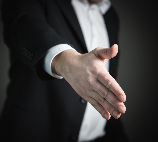 natažená ruka na pozdrav