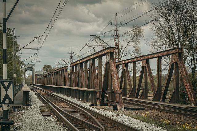 koleje na mostě
