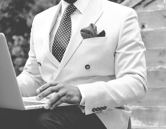 muž v bílém saku