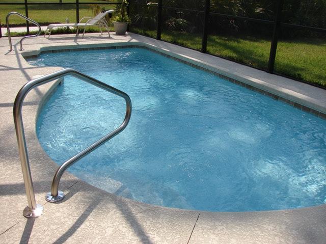 menší zapuštěný bazén s čistou vodou